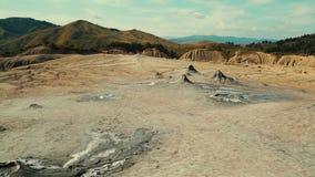 Tiro ultra granangular de un volcán del fango en un pueblo remoto metrajes