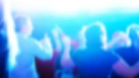 Tiro Unfocused de la gente del baile en un club nocturno almacen de video