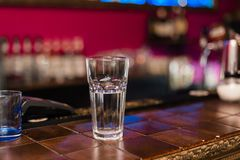 Tiro vazio em um partido em um clube noturno imagens de stock royalty free