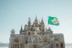 Tiro verdadeiro do deslocamento da inclinação do castelo da areia e da bandeira de Brzil Imagens de Stock Royalty Free