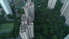 Tiro vertical aéreo sobre prédios de apartamentos residenciais no por do sol Tiro aéreo sobre o complexo de apartamentos da comun filme