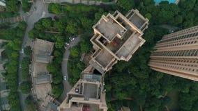 Tiro vertical aéreo sobre prédios de apartamentos residenciais no por do sol Tiro aéreo sobre o complexo de apartamentos da comun video estoque