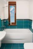 Tiro vertical de la bañera ligera en un cuarto de baño Foto de archivo