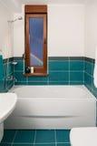 Tiro vertical de la bañera ligera en un cuarto de baño Fotos de archivo