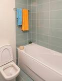 Tiro vertical de la bañera ligera en un cuarto de baño Fotos de archivo libres de regalías