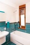 Tiro vertical de la bañera ligera en un cuarto de baño Imagenes de archivo