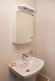 Tiro vertical de la bañera ligera en un cuarto de baño Fotografía de archivo