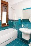 Tiro vertical de la bañera ligera en un cuarto de baño Imagen de archivo libre de regalías