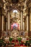 Tiro vertical de la iglesia de la lente ancha de oro del interrior foto de archivo