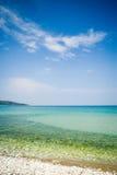 Tiro vertical de la playa idílica del verano Imagen de archivo libre de regalías