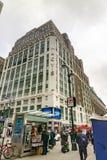 Tiro vertical de Macy's Herald Square en New York City imagen de archivo