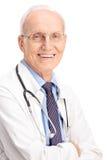 Tiro vertical de um doutor maduro alegre Fotografia de Stock