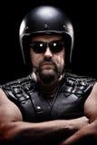 Tiro vertical de um motociclista masculino com capacete Fotografia de Stock