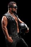 Tiro vertical de um motociclista masculino que guarda um capacete Imagens de Stock Royalty Free