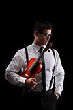 Tiro vertical de un músico que sostiene un violín Fotos de archivo libres de regalías