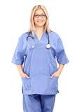 Tiro vertical de un profesional femenino de la atención sanitaria Foto de archivo libre de regalías