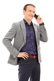 Tiro vertical del hombre joven que habla en el teléfono Imágenes de archivo libres de regalías