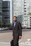 Tiro vertical do homem afro-americano novo em ternos de negócio, l fotografia de stock royalty free