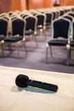 Tiro vertical do microfone e do auditório Imagem de Stock