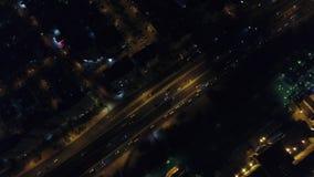 Tiro video aéreo del tráfico de la carretera de la noche almacen de video