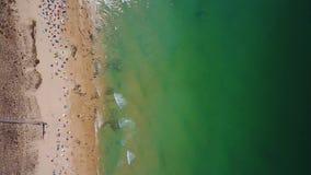 Tiro video aéreo do zangão, praia do vendaval, cidade de Albufeira vídeos de arquivo