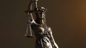 Tiro video da senhora Justiça Statue vídeos de arquivo