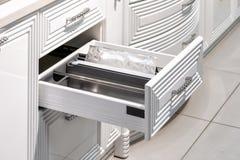 Tiroir avec des plats dans une cuisine moderne photographie stock libre de droits