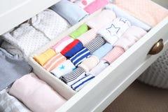 Tiroir de garde-robe avec beaucoup de chaussettes d'enfant images stock
