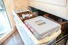 Tiroir de tri de rebut réutilisant les corvées à la maison de cuisine Photo stock