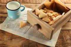Tiroir en bois avec les biscuits de beurre en forme de coeur photo libre de droits