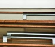 Tiroirs en bois et haut étroit de poignées de chrome Photo stock