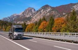 TIROL, ÁUSTRIA - 14 de outubro de 2017: Um caminhão de prata em uma estrada de alta velocidade da montanha Fotografia de Stock Royalty Free