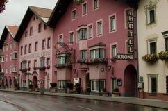 Tirolean straat met roze huizen Matrei am Brenner; Oostenrijk stock fotografie