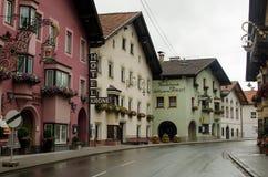 Tirolean straat met tipical Oostenrijkse huizen stock foto