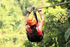 Tirolesa de la guarnición de la cremallera del toldo en Costa Rica Tour Beautiful Girl Imágenes de archivo libres de regalías