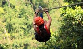 Tirolesa do forro do fecho de correr do dossel em Costa Rica Tour Beautiful Girl imagens de stock