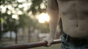 Tirones del atleta del soldado en la barra almacen de metraje de vídeo
