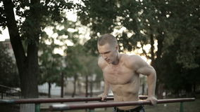 Tirones del atleta del soldado en la barra almacen de video
