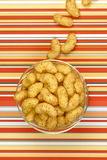 Tirones del cacahuete en fondo de la raya Fotos de archivo libres de regalías