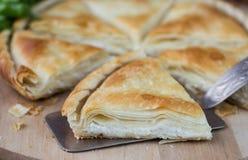 Tiropita - griechische Torte gemacht von Filo-Teig mit Käse Stockbild