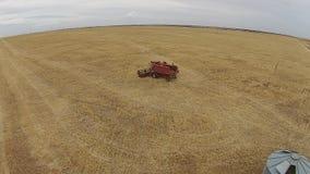 Tiros aéreos de la máquina segador en el trabajo sobre granja metrajes