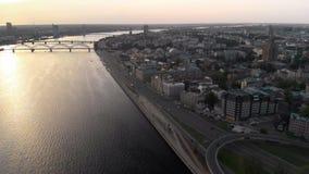 Tiros aéreos de la puesta del sol del capital europeo Riga, Letonia en la primavera 2019 - el Daugava y los puentes del río se ve metrajes
