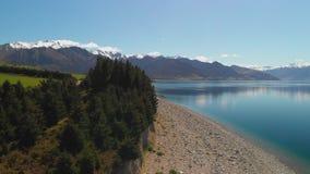 Tiros aéreos del abejón del lago Hawea, isla del sur, Nueva Zelanda almacen de metraje de vídeo