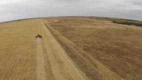 Tiros aéreos lentos de la máquina segador en el trabajo sobre granja almacen de metraje de vídeo