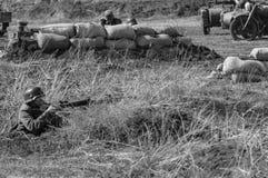 Tiros alemães de um soldado em soldados de tropas soviéticas Reconstrução das hostilidades 2018-04-30 Samara Region, Rússia Imagem de Stock