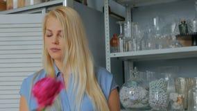 3 tiros Artista floral profesional que clasifica las flores - peonías rosadas en el estudio almacen de video