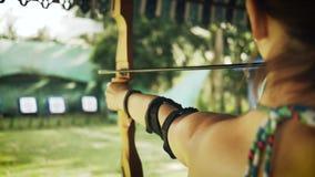 Tiros da menina de uma cebola na competição do tiro ao arco filme