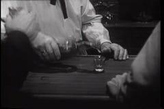 Tiros de colada del camarero para los hombres en la barra almacen de metraje de vídeo