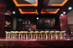 Tiros de la bebida del Tequila en una barra Fotos de archivo libres de regalías