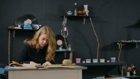 3 tiros Decorador de la mujer profesional, diseñador que trabaja con el papel de Kraft almacen de video